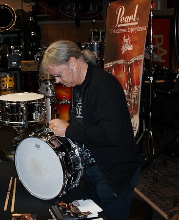 File:Ian-signing-the-snare.jpg
