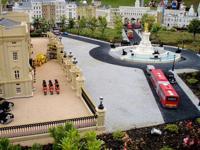 File:Lego Buckingham Palace 2.jpg