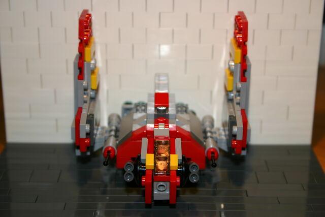 File:Brickmaster Star Wars Angriffsschuttle der NU-Klasse Flügel hoch.JPG