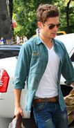 Zac-Efron-in-Levis-Jeans-2-593x1024