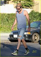 Zachary-quinto-ripped-jeans-01