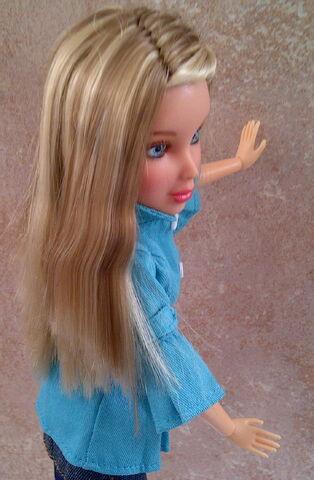 File:Sophie in trench blonde n brown wig.jpg