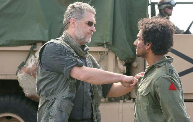 Ficheiro:Inman Paying Sayid.JPG