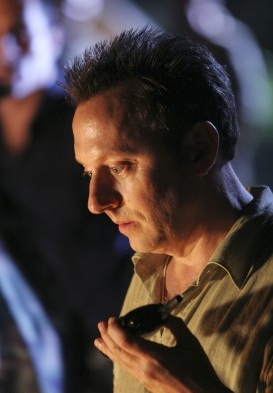 File:3x22 ben walkie promotional.jpg