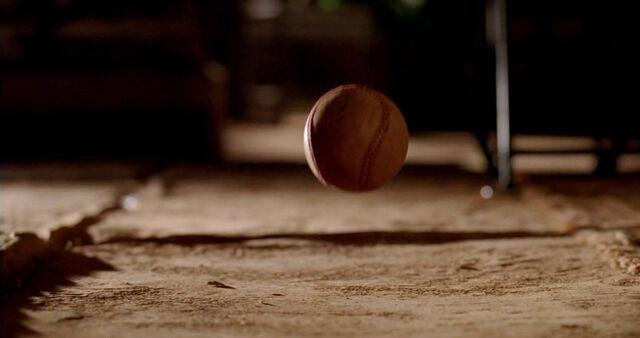 Ficheiro:6x06 BaseballFalling.jpg