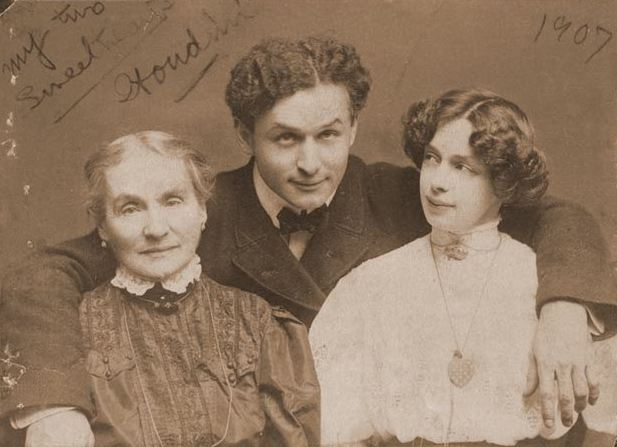 File:Weiss with mother and wife.jpg