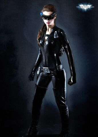 File:Anne-hathaway-in-full-catwoman-costume-frontal-e1312648222387.jpg
