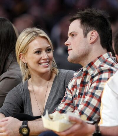 146962-actress-duff-and-her-fiance-pro-hockey-player-comrie-sit-court-side-du