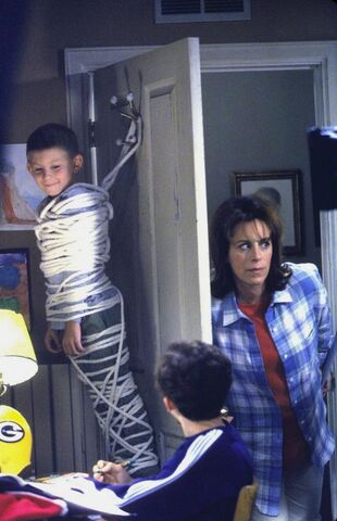 File:Malcolm In the Middle - Set Still - S01E02 (4).jpg