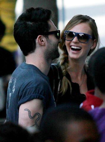 File:Adam+Levine+Anne+V+Celebrities+Arriving+LA+M67IopyzG5Tx.jpg