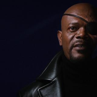 Nick Fury aparece en la casa de Tony Stark después de su anuncio.