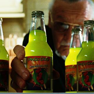 Un consumidor a punto de beber una botella de refresco que contiene una gota de sangre de Banner.