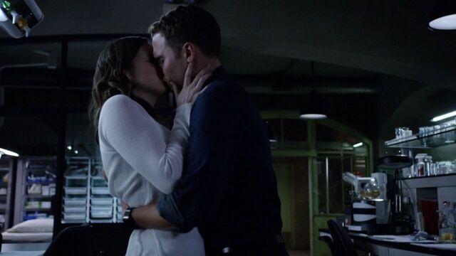 File:MHOT FitzSimmons Kiss.jpg