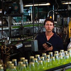 Bruce Banner trabajando en una planta embotelladora de refresco.