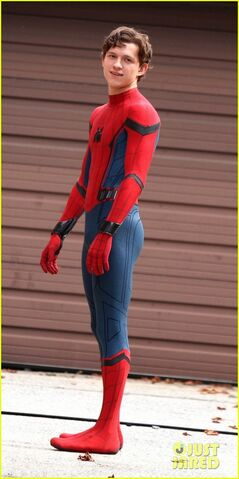 File:Tom-holland-looks-buff-while-filming-spider-man-in-nyc-12.jpg
