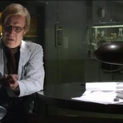 Dr. Connors about inject the Lizard DNA in his arm.