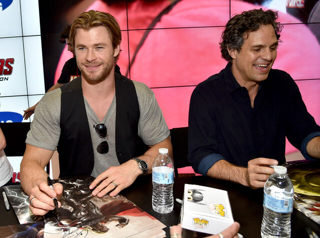 File:Sdcc2014-avengerssigning-hemsworth.JPG