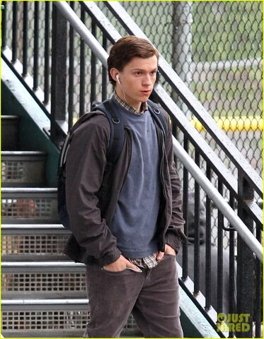 File:Tom-holland-snaps-a-selfie-while-filming-spide-man-homecoming-09.jpg