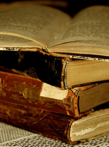 Datei:Old book - Books of the Past.jpg