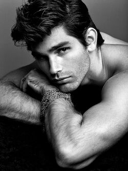 Justin-Gaston-3-hottest-actors-34014453-712-949