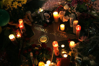 Michael-jackson-fans-leave-memorial-at-hollywood-star