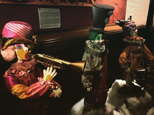File:Clowns at hotel.jpg