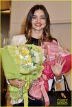Miranda-kerr-gets-tons-of-flowers-at-haneda-airport-05