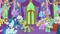 Ponies and changelings mingle in the throne room S7E1.png