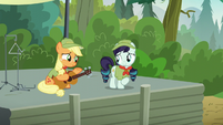 Applejack encouraging Rara S5E24