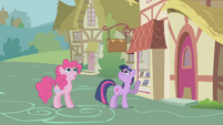 Twilight points up to Rainbow Dash S1E05