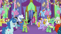 Twilight Sparkle enters the throne room S7E1