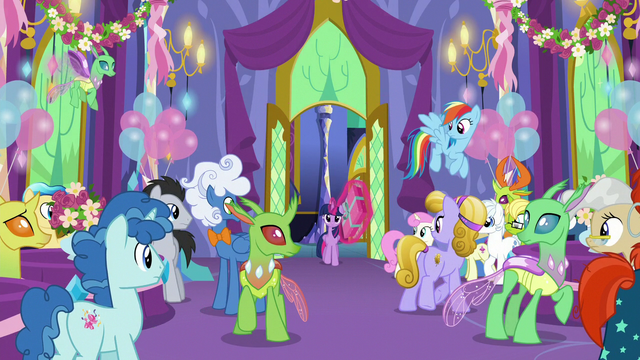 File:Twilight Sparkle enters the throne room S7E1.png