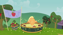 Applejack bobbing for apples S3E08
