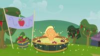 Applejack bobbing for apples S3E08