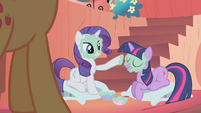 Twilight and Rarity mud mask S01E08