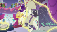 Rarity sees mannequins being levitated S5E14