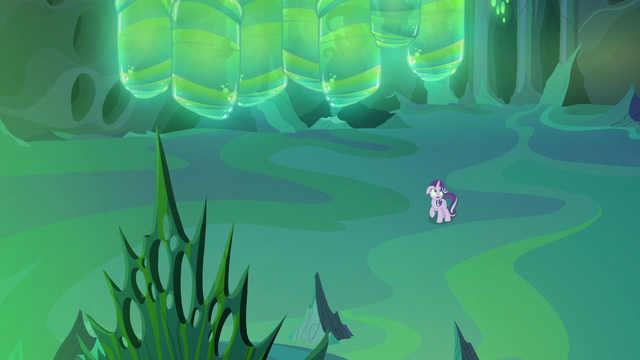 File:Thorax in the empty changeling throne room S6E26.png