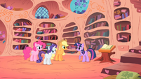 Twilight thanks the others for helping her clean S01E16