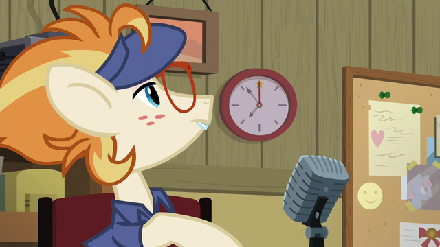 File:Attendant Pony looking at the clock S7E2.png