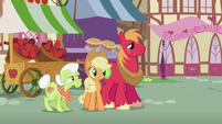 The Apples watch Apple Bloom perform S2E06