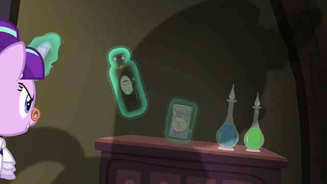 File:Snowfall grabs two potions S06E08.png