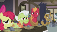 Apple family staring at Applejack S5E20