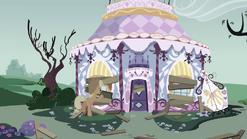 Applejack boarding up Carousel Boutique S03E13