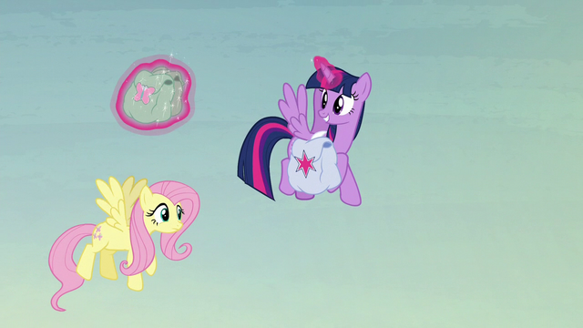 File:Twilight helps Fluttershy with her saddlebags S5E23.png