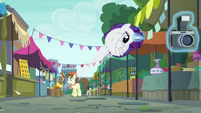Rarity bouncing around like a pinball S6E3