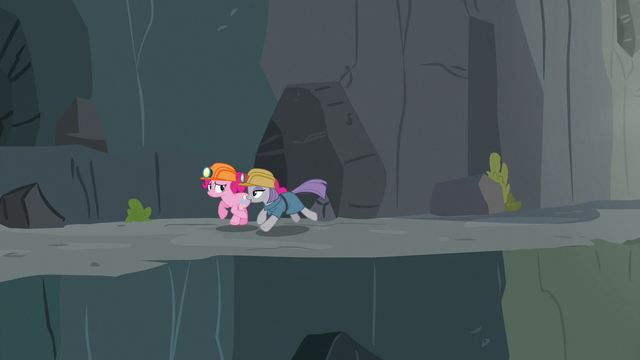 File:Maud and Pinkie escaping Ghastly Gorge S7E4.png