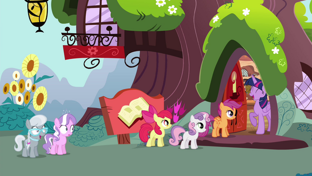 "File:Twilight ""Come on in!"" S4E15.png"