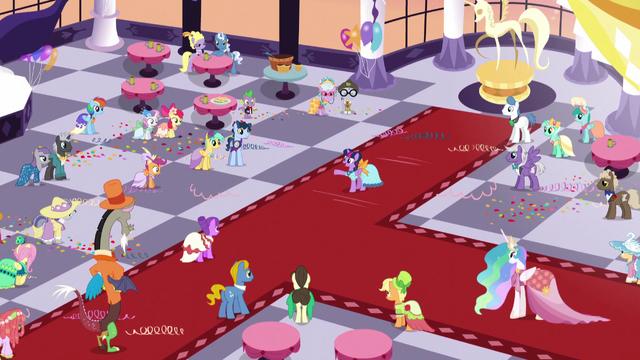 File:Twilight Sparkle addressing the ballroom S5E7.png