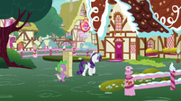 Rarity and Spike approach Sugarcube Corner S7E9