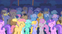 Pony crowd laughs at CMC S01E18